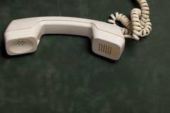 Винтажный телефон с телефонной трубкой и автоответчиком стоковые изображения rf