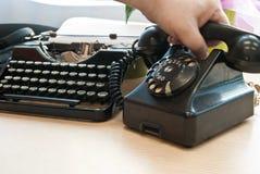 Винтажный телефон и машинка стоковая фотография