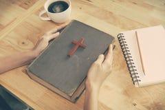 Винтажный тон деревянного христианского креста на библии стоковое фото rf
