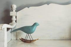 Винтажный тон деревянный высекать птицы Стоковое Фото