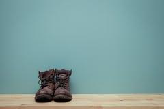 Винтажный тон старого натюрморта ботинка джунглей на деревянной предпосылке Стоковое Изображение