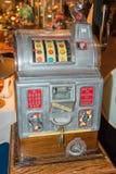 Винтажный торговый автомат никеля в превосходном состоянии стоковая фотография