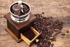 Винтажный точильщик кофейного зерна и свежий земной кофе Стоковое фото RF