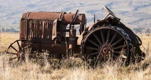 Винтажный трактор в поле Стоковые Изображения