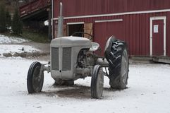 Винтажный трактор в ферме Стоковая Фотография RF