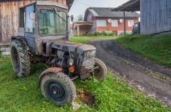 Винтажный трактор страны Стоковые Изображения