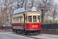 Винтажный трамвай на улице городка в историческом центре города Стоковое Изображение RF