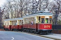 Винтажный трамвай на улице городка в историческом центре города Стоковая Фотография RF