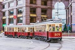 Винтажный трамвай на улице городка в историческом центре города Стоковые Фотографии RF