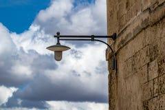 Винтажный уличный фонарь, Matera, Базиликата, Италия стоковые изображения rf