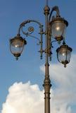 Винтажный уличный фонарь стиля на улице Москвы в лете с предпосылкой голубого неба Стоковое Изображение