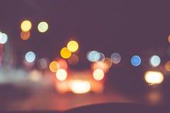 Винтажный фильтр, предпосылка нерезкости дороги на ноче с светом bokeh стоковое изображение rf