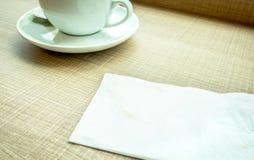 Винтажный фильтр: Салфетка с пятном кофе и кофейной чашкой o Стоковая Фотография