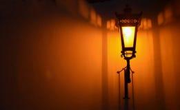 Винтажный фонарик висит на структурно покрашенной стене стоковые изображения