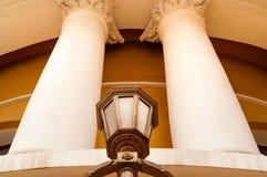 Винтажный фонарик на фоне белых столбцов nFacade здания с столбцами и фонариком, естественным светом, closeupn стоковое фото