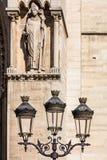 Винтажный фонарный столб фонарика улицы перед Нотр-Дам de Pari Стоковые Изображения RF