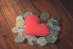 Винтажный цвет, красное сердце на монетках наваливает Стоковые Изображения RF