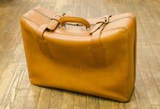 Винтажный чемодан для перемещения на деревянном поле Стоковая Фотография