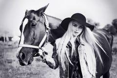 Винтажный черно-белый портрет молодой красивой кавказской девушки держа лошадь Стоковое фото RF