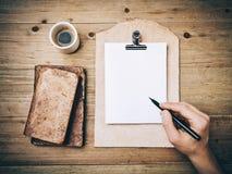 Винтажный чертеж книг, чашки кофе и руки дальше Стоковые Фотографии RF