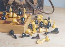Винтажный шахмат разбросанный на деревянную поверхность Стоковые Фото