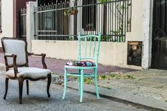 Винтажный экстерьер стульев не определяет никто стоковое изображение rf