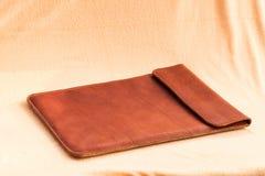 Винтажный элегантный коричневый кожаный портфель для портативного компьютера Стоковая Фотография