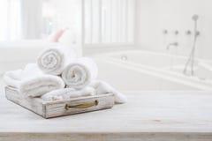 Винтажный ящик с белыми полотенцами над запачканными ванной комнатой и спальней стоковые изображения rf