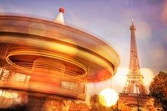 Винтажный carousel и Эйфелева башня на ноче, запачканных светах, Париже Франции Стоковая Фотография RF