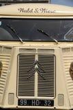 Винтажный Citroen перевозит на грузовиках повернутый в передвижной био продовольственный магазин Стоковые Фотографии RF