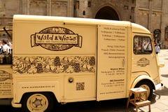 Винтажный Citroen перевозит на грузовиках повернутый в передвижной био продовольственный магазин Стоковое Изображение