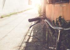 винтажный handlebar велосипеда припарковал в городской узкой улице Стоковые Фото