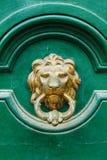 Винтажный knocker двери на зеленой деревянной двери Стоковые Фотографии RF
