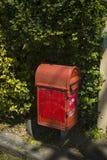 Винтажный postbox с зеленой предпосылкой Стоковые Фотографии RF