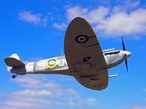 Винтажный spitfire Марк Vb Второй Мировой Войны в полете против голубого неба с облаками стоковое фото