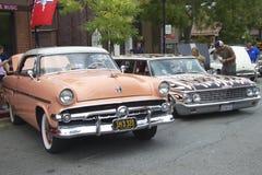 2 винтажных автомобиля на выставке автомобиля Стоковые Фотографии RF