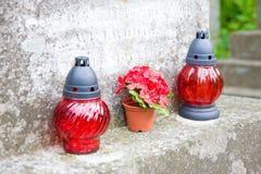 2 винтажных лампы на старом кладбище Стоковые Изображения RF
