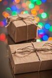 2 винтажных бумажных подарочной коробки на поверхности зеркала Стоковые Фотографии RF