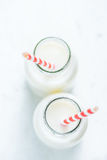 2 винтажных бутылки молока с соломой Стоковое Фото