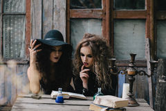 2 винтажных ведьмы выполняют волшебный ритуал Стоковая Фотография