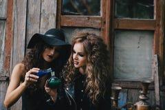2 винтажных ведьмы выполняют волшебный ритуал Стоковое Фото