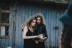 2 винтажных ведьмы собрали канун хеллоуина Стоковое Фото