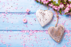 2 винтажных декоративных сердца и розовой Сакура цветут на голубом w Стоковая Фотография