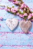 2 винтажных декоративных сердца и розовых цветки Сакуры и дальше Стоковое фото RF