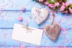 2 винтажных декоративных сердца, пустой бирка и пинк Сакура цветут Стоковые Изображения RF