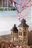2 винтажных деревянных фонарика на предпосылке весны вишневого цвета sacura Стоковое Фото
