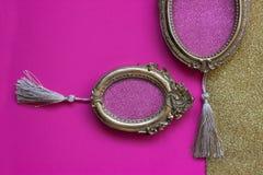 2 винтажных золотых овальных картинной рамки на розовом и золотом backgr Стоковое фото RF