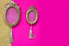 2 винтажных золотых овальных картинной рамки на розовом и золотом backgr Стоковые Фотографии RF