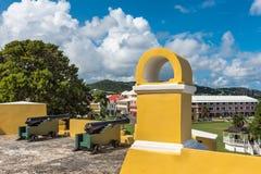 2 винтажных карамболя на форте огораживают смотреть на городок Стоковое Изображение