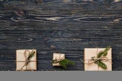 3 винтажных подарочной коробки с елевыми ветвями на деревянной предпосылке с космосом экземпляра Стоковые Изображения RF